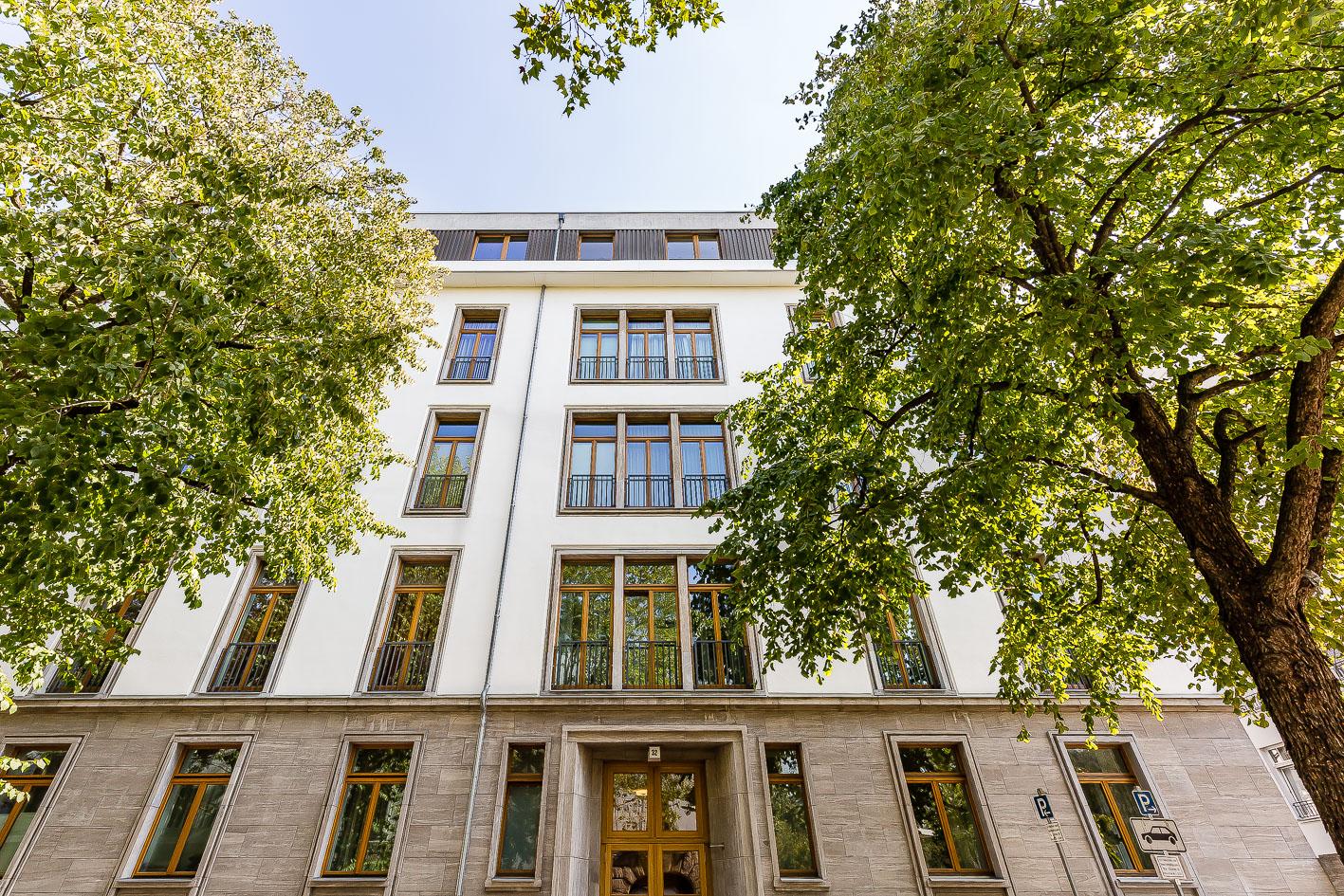 Exklusivvertrieb: Luxuriöse Wohnung mit Balkon und Kamin am Ludwigkirchplatz